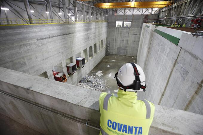 A Covanta employee oversees the first dump at the Dubin WTE facility.